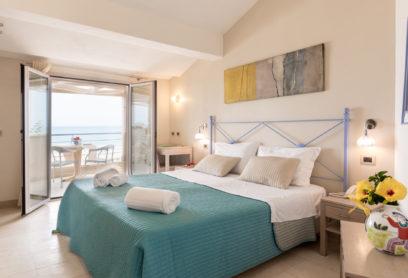 Camera con vista mare e balcone